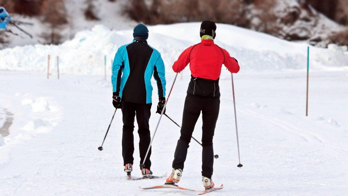 Nahem Skifahren auf die richtige Skiausrüstung achten