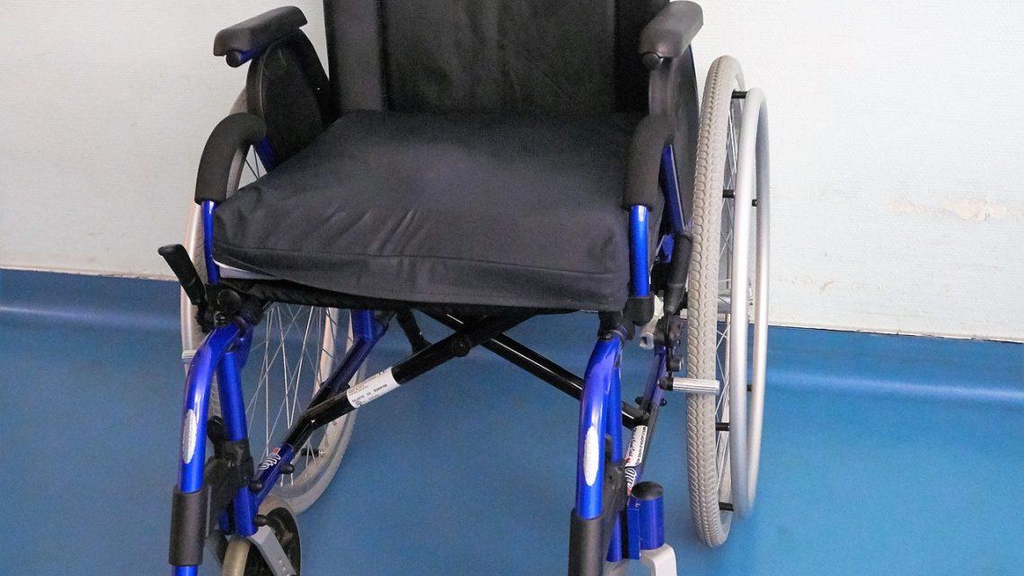 Eine tragbare Rollstuhlrampe mit einer flachen Form.